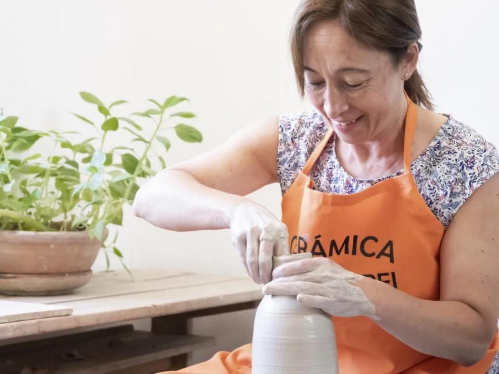 Carmen Igual, en su taller de cerámica Villa-Rubei de Villarroya de los Pinares.