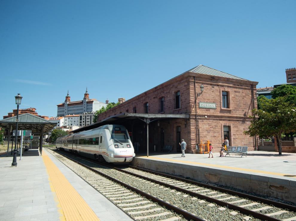 Un tren de viajeros entra en la estación de Teruel, cuya fachada no ha sufrido modificaciones importantes desde su puesta en marcha en 1901