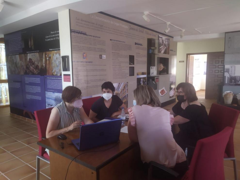 Vanessa Polo y su grupo de trabajo durante la jornada de presentación de Raices.info.