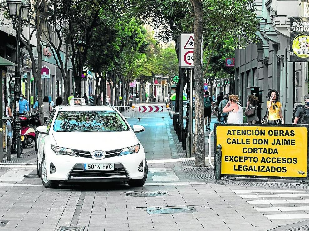 Un taxista da la vuelta en Don Jaime I al percatarse del corte de la calle, este lunes.