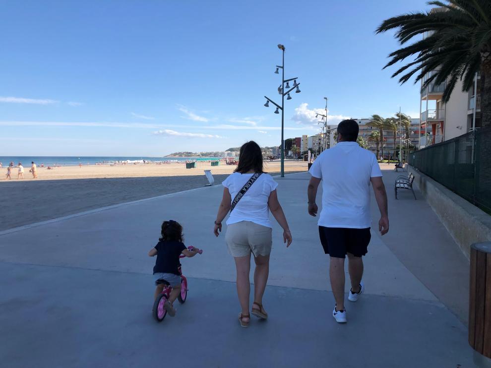 Fernando y Beatriz, con su hija Daniela en La Pineda.