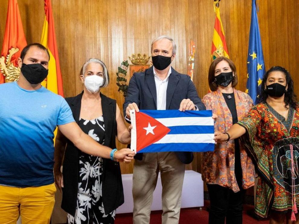 Encuentro del alcalde y la vicealcaldesa de Zaragoza con representes de la asociación Cubanos Libres en España.