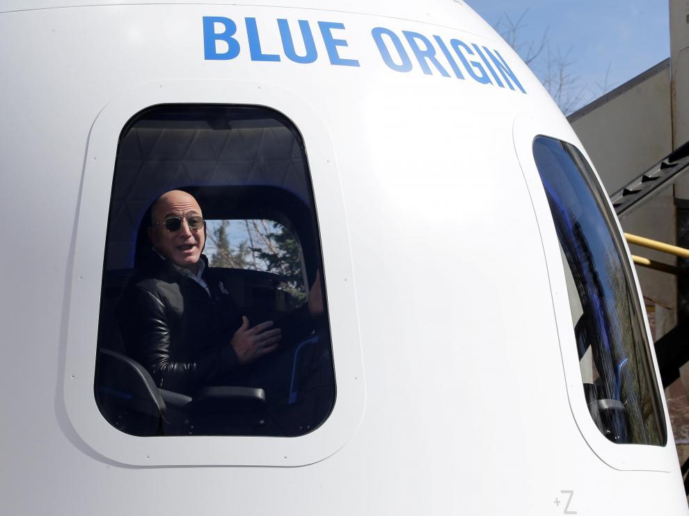 Jeff Bezos, en la cápsula espacial con la que quiere ir al espacio.
