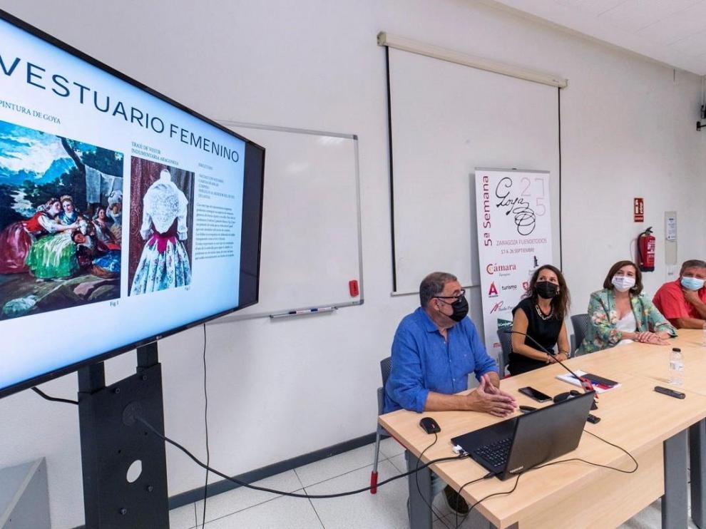 La vicealcaldesa, Sara Fernández (2d), el alcalde de Fuendetodos, Enrique Salueña (d), la jefa de servicio de Comercio y Turismo de Cámara Zaragoza, Natalia García (2i) y el gerente de DL Creativos, Felipe Díaz (i).