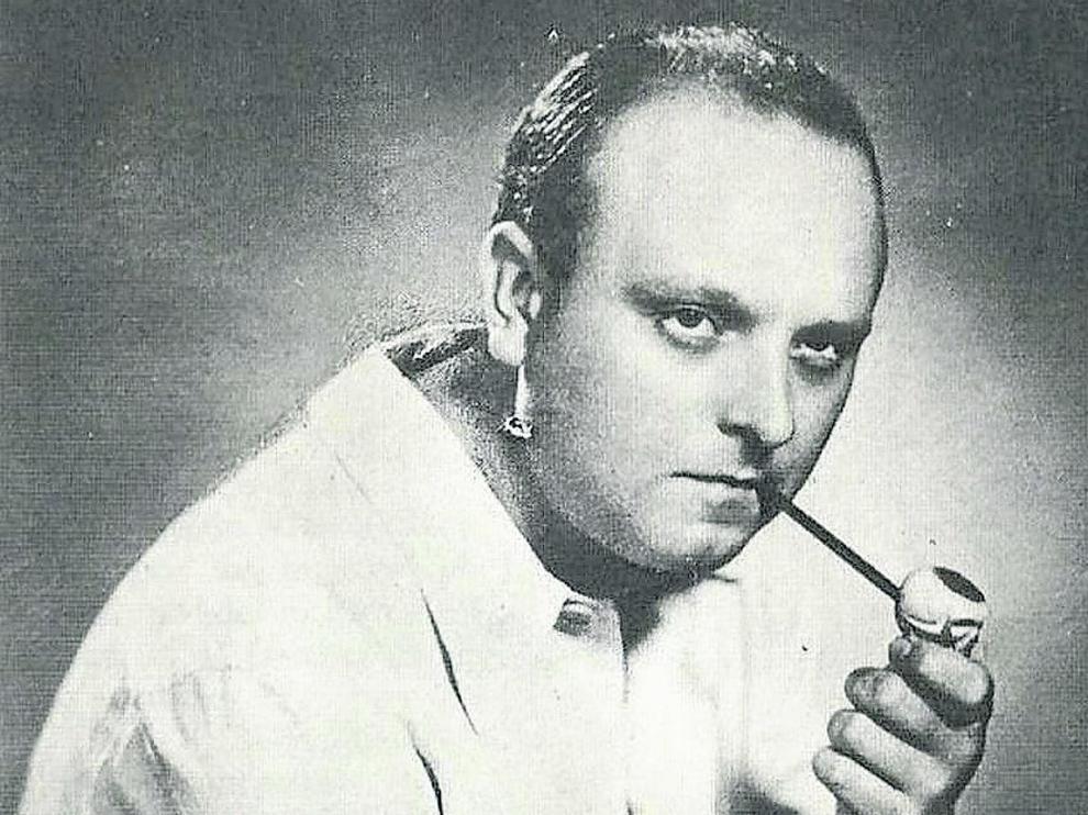 Miguel Labordeta, en su imagen más conocida e icónica.