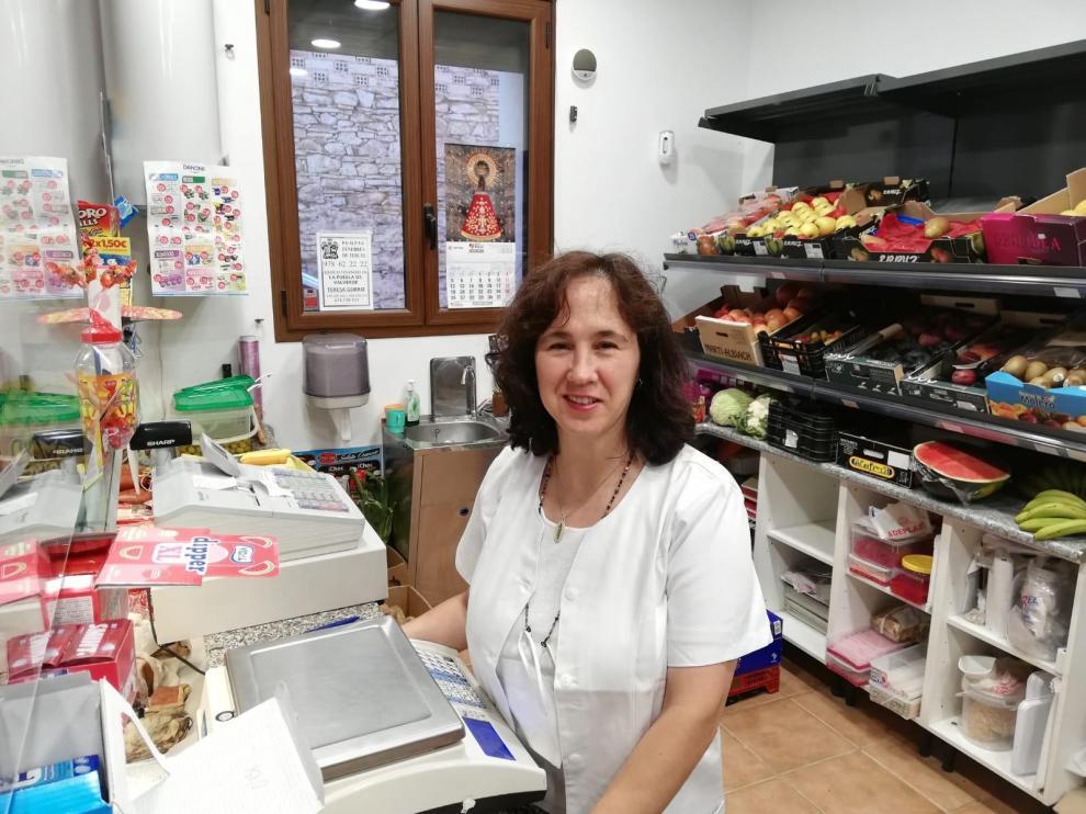 Teresa Górriz lleva la tienda de alimentación de La Puebla de Valverde desde hace 17 años.