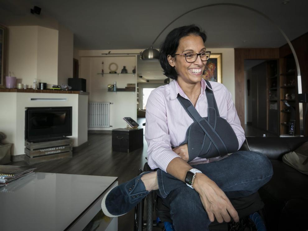 Teresa Perales, con el brazo lesionado, en su casa de Zaragoza.
