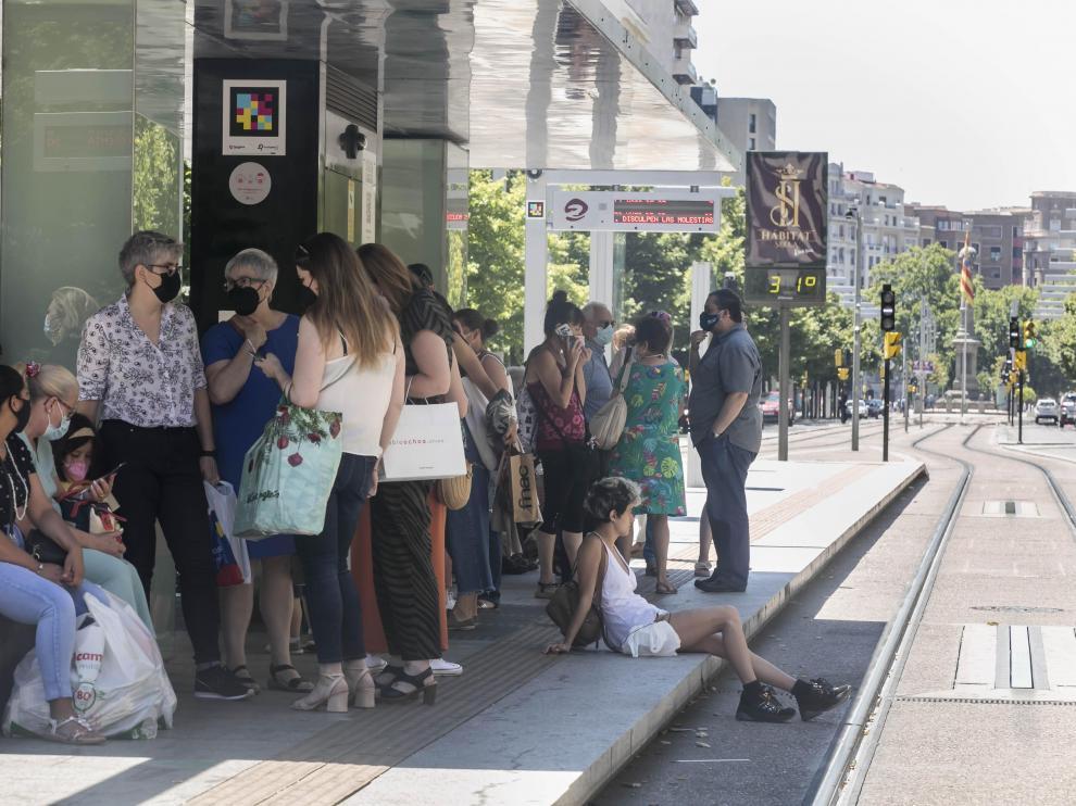 Aglomeraciones y hasta 20 minutos de espera por los paros parciales del tranvía de Zaragoza.
