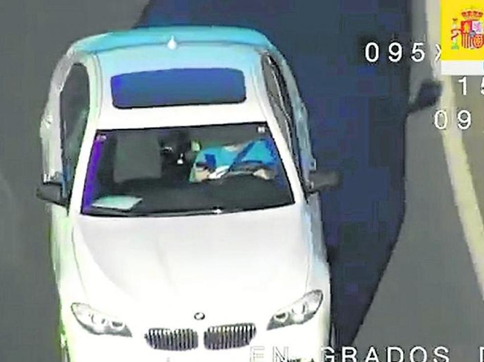 Imagen captada por un dron en la que un conductor emplea un teléfono móvil.