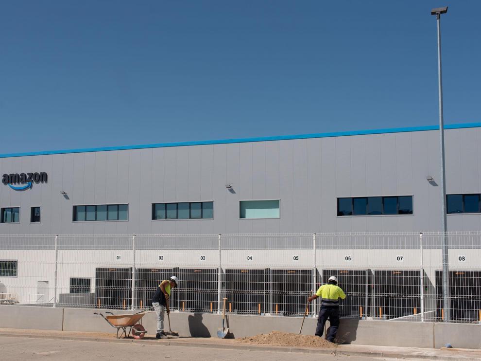 Exterior de la nave para reparto de última milla que ultima Amazon en Plaza con la intención de ponerla en servicio a la vuelta del verano.