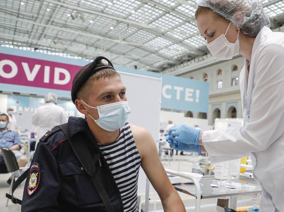 Un policía recibe la vacuna Sputnik V contra la covid en Moscú, el pasado jueves.
