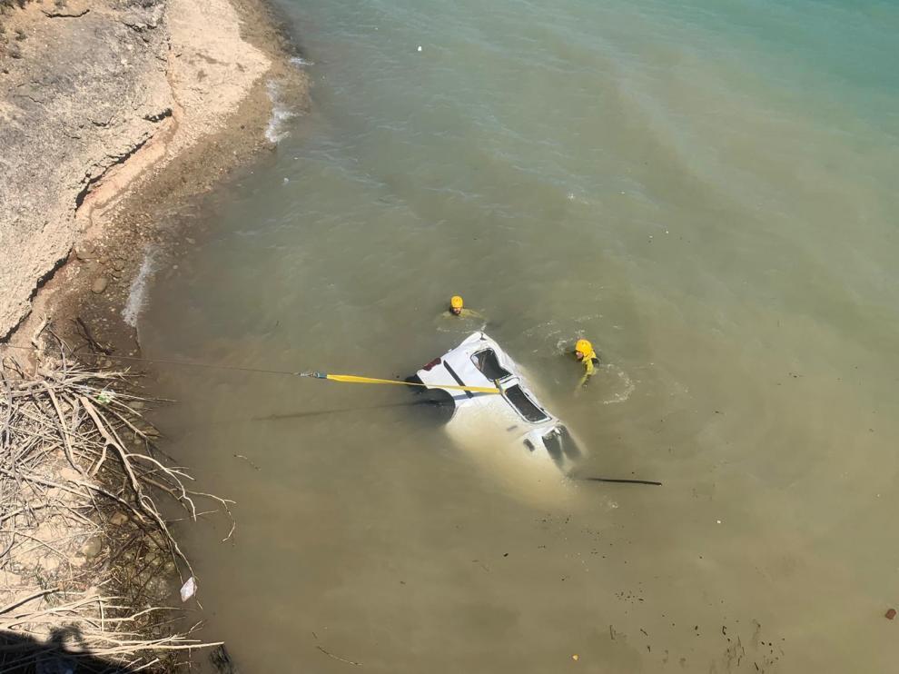 El vehículo quedó sumergido en el agua.