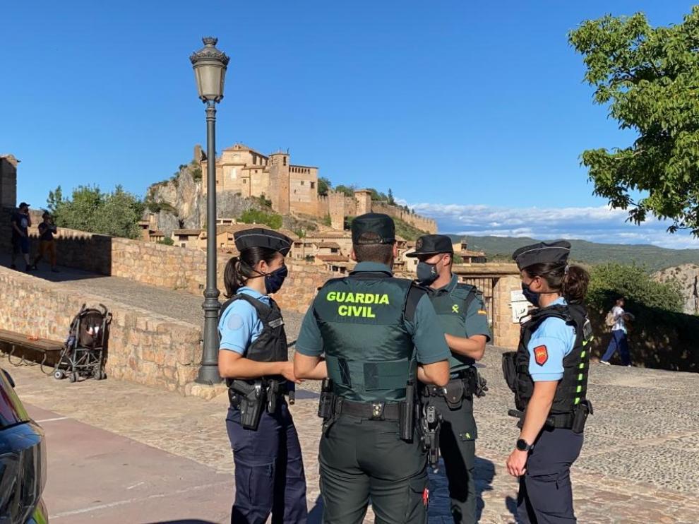 Agentes de los dos cuerpos patrullando por Alquézar.