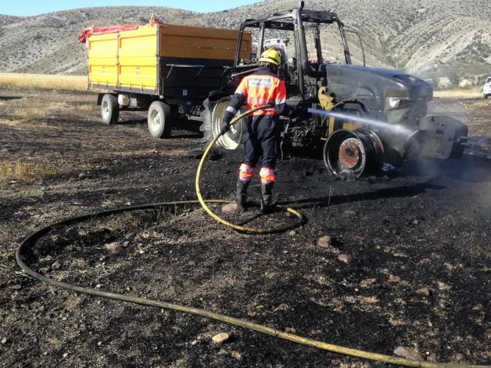 Un incendio quema dos hectáreas de cereal y un tractor en Fonfría (Teruel).