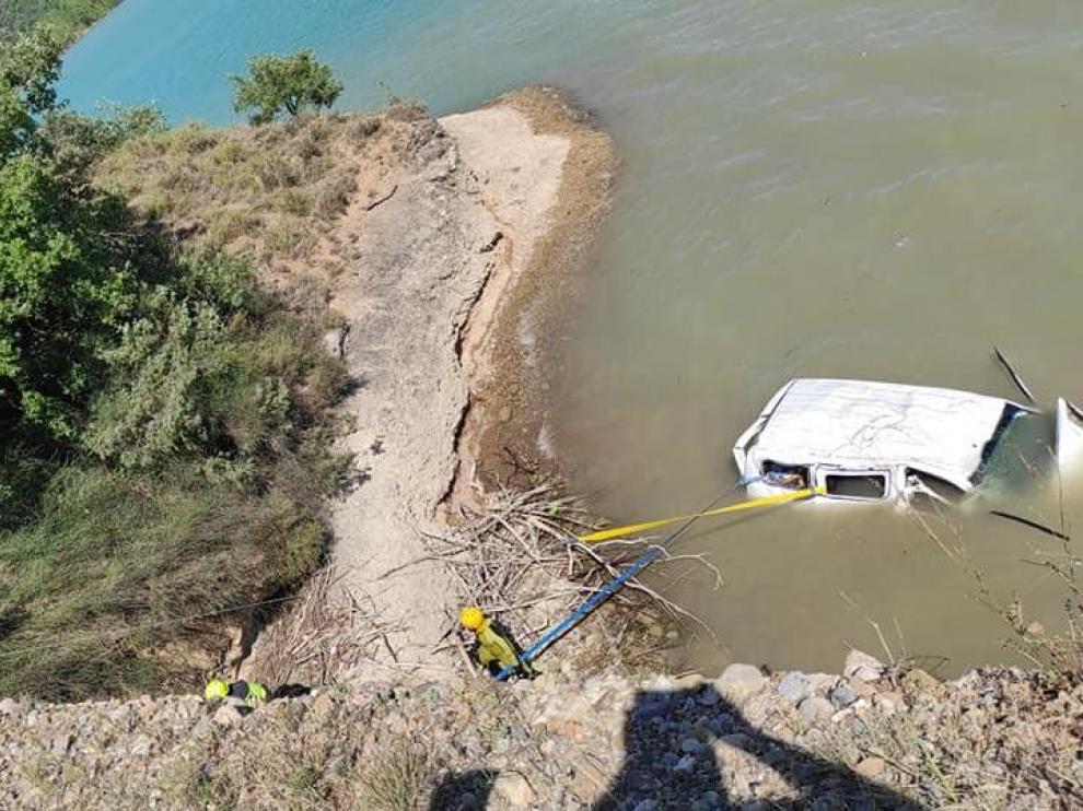 Una imagen tomada por Carlos Yubero cuando ya se estaba extrayendo el coche del pantano.