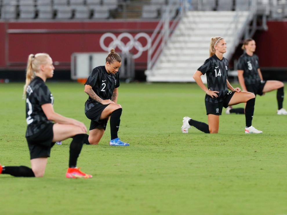 Jugadoras de Nueva Zelanda, rodilla en tierra antes de jugar contra Australia.