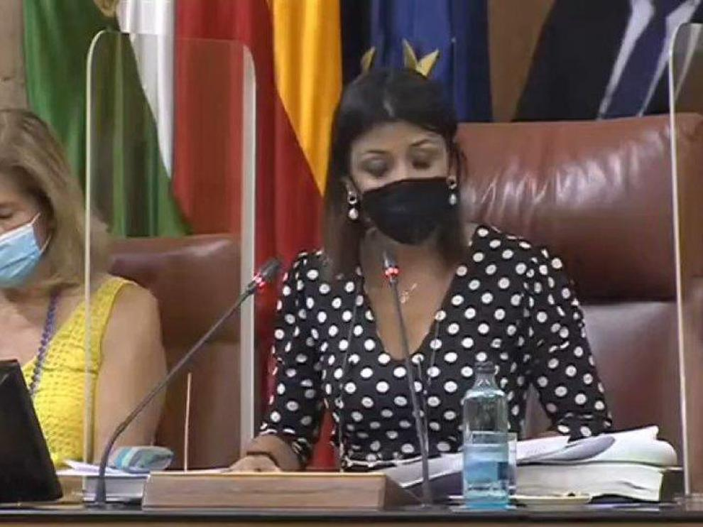 La presidenta del parlamento no ha podido evitar un grito al ver la rata.