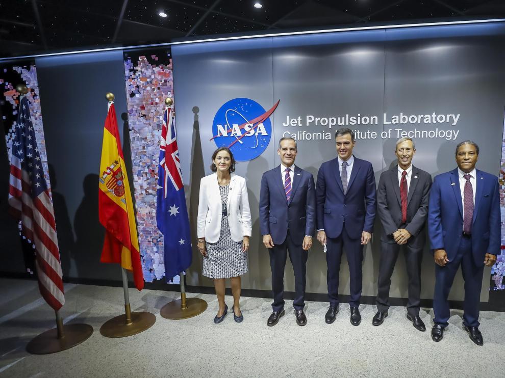 Pedro Sánchez, con ingenieros de la NASA durante su visita