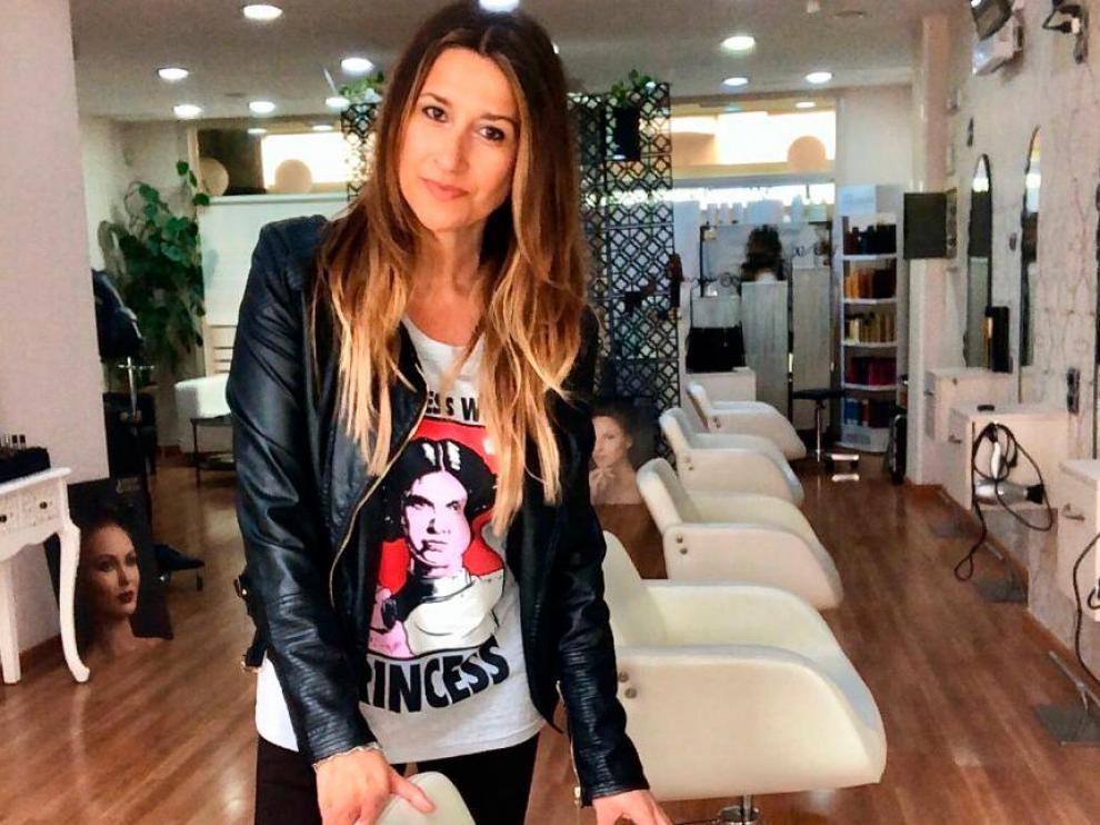 Pilar Lacué abrió su propia peluquería en Jaca hace siete años