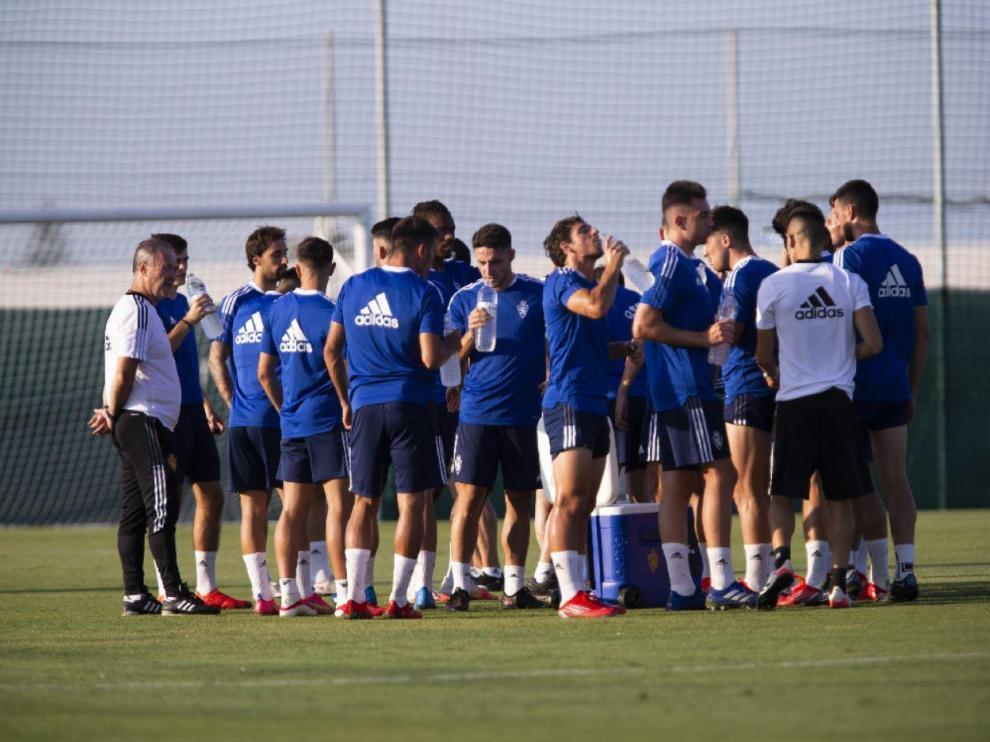 Los jugadores y técnicos del Real Zaragoza se refrescan durante la sesión preparatoria en el Pinatar Arena de San Pedro.