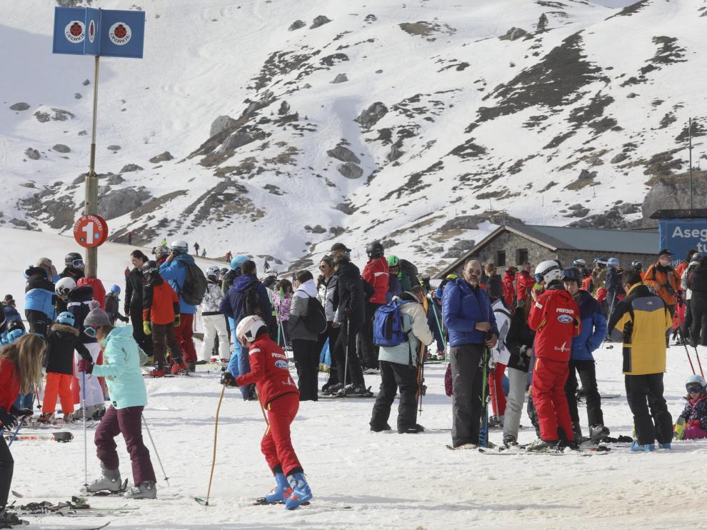 Un grupo de esquiadores, en la estación de Candanchú, a principios de 2020