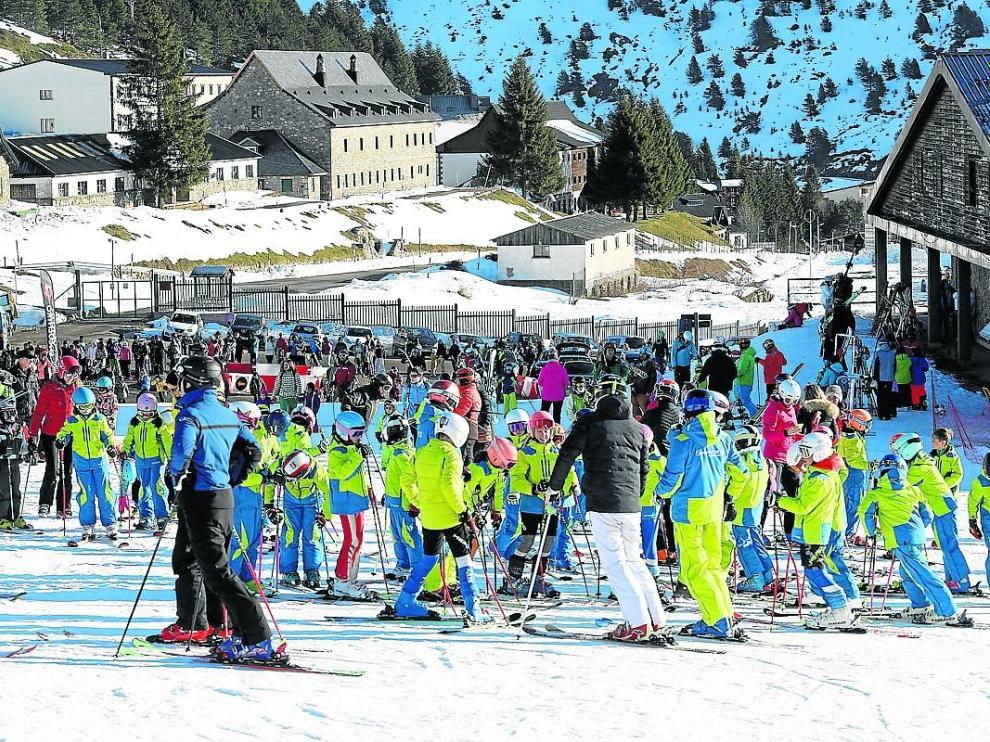 Esquiadores en la estación de Candanchú a comienzos de la temporada 2019/2020.