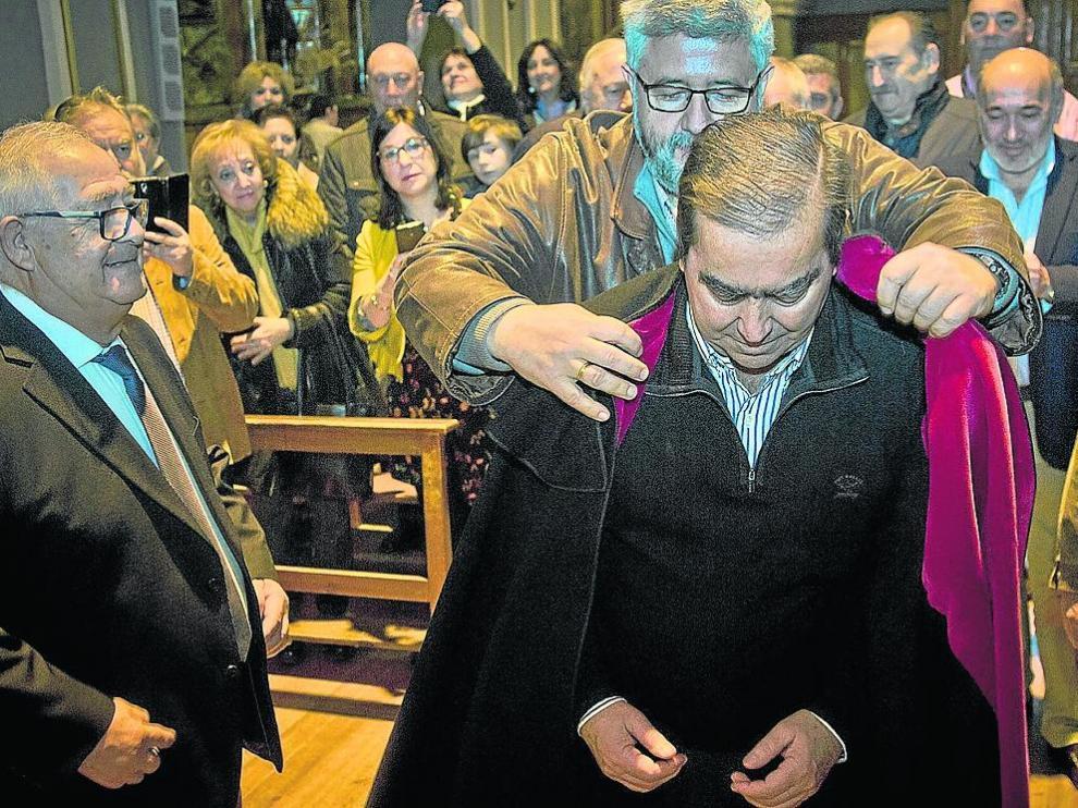 El preboste saliente cede la custodia de la imagen del santo, la vara y la reliquia al preboste entrante.