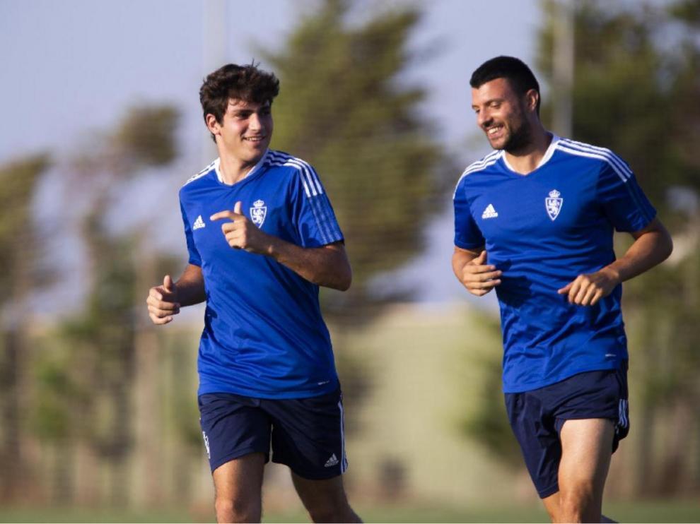 Haris Vuckic, a la derecha, junto a Iván Azón en el inicio del entrenamiento.