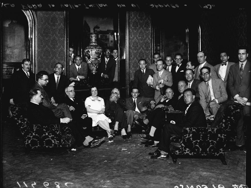 En el centro, sentados, Manuel Azaña, Clara Campoamor y Ramón María de Valle-Inclán, en la tertulia de la Cacharrería del Ateneo de Madrid. Fotografía que forma parte de la exposición organizada por la Biblioteca Nacional