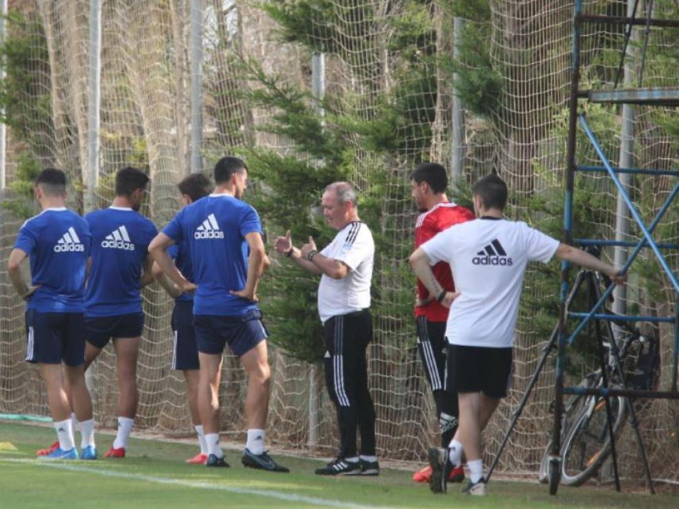 Vuckic habla con Jim al inicio del entrenamiento del equipo.