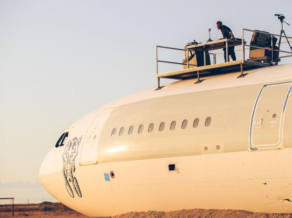 El DJ Adam Beyer pincha en lo alto del avión el pasado domingo.