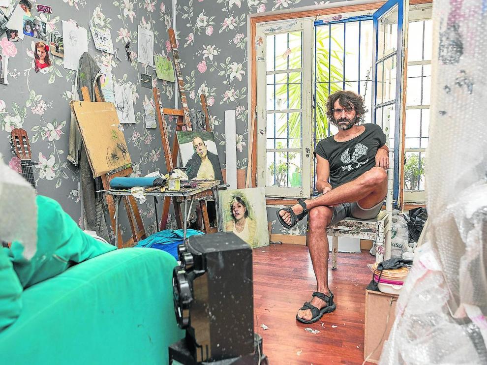 El artista zaragozano Paco Lafarga en su estudio, donde también imparte enseñanzas de dibujo y pintura.