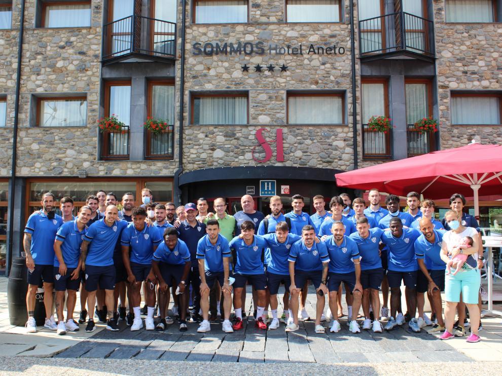 La plantilla de la SD Huesca, en el Sommos Hotel Aneto, antes de emprender el regreso a Huesca.