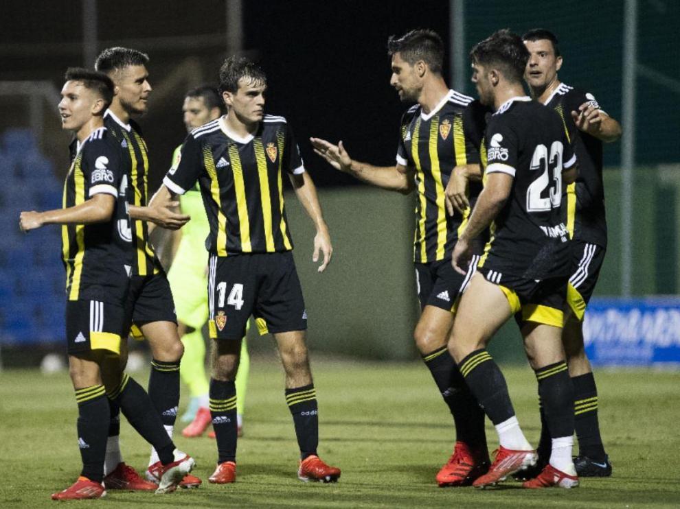 Larrazabal (número 23) y Vuckic, los dos a la derecha de la imagen, celebran el 0-2 conseguido por el Real Zaragoza el pasado sábado ante el Elche en San Pedro del Pinatar.