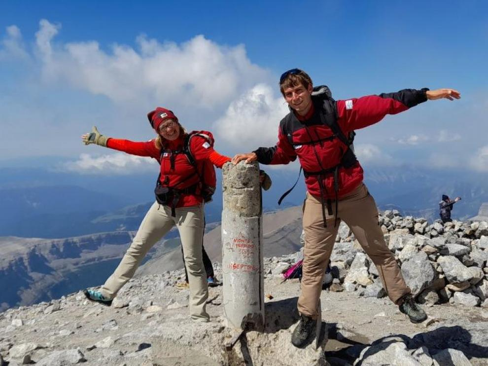 Belén Naya y Álvaro Sierra, en su jornada laboral del sábado, en la cumbre de Monte Perdido.