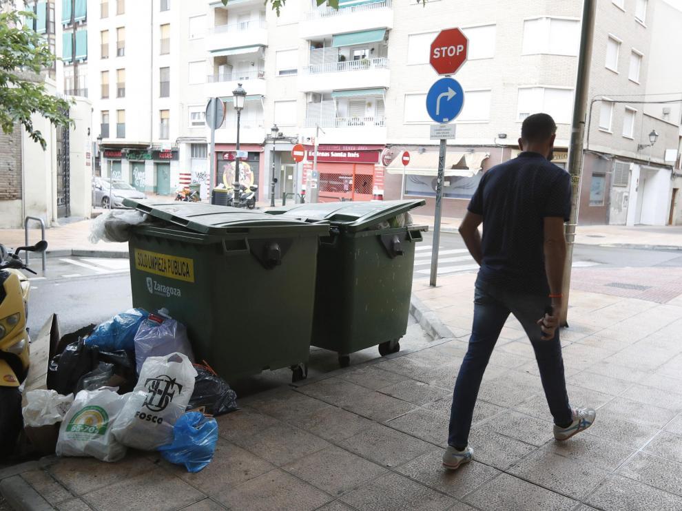 Bolsas de basura amontonadas junto a un contenedor en Boggiero con Santa Inés, este sábado.