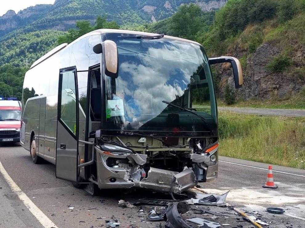 Estado en que ha quedado el autobús tras el choque con el otro vehículo.