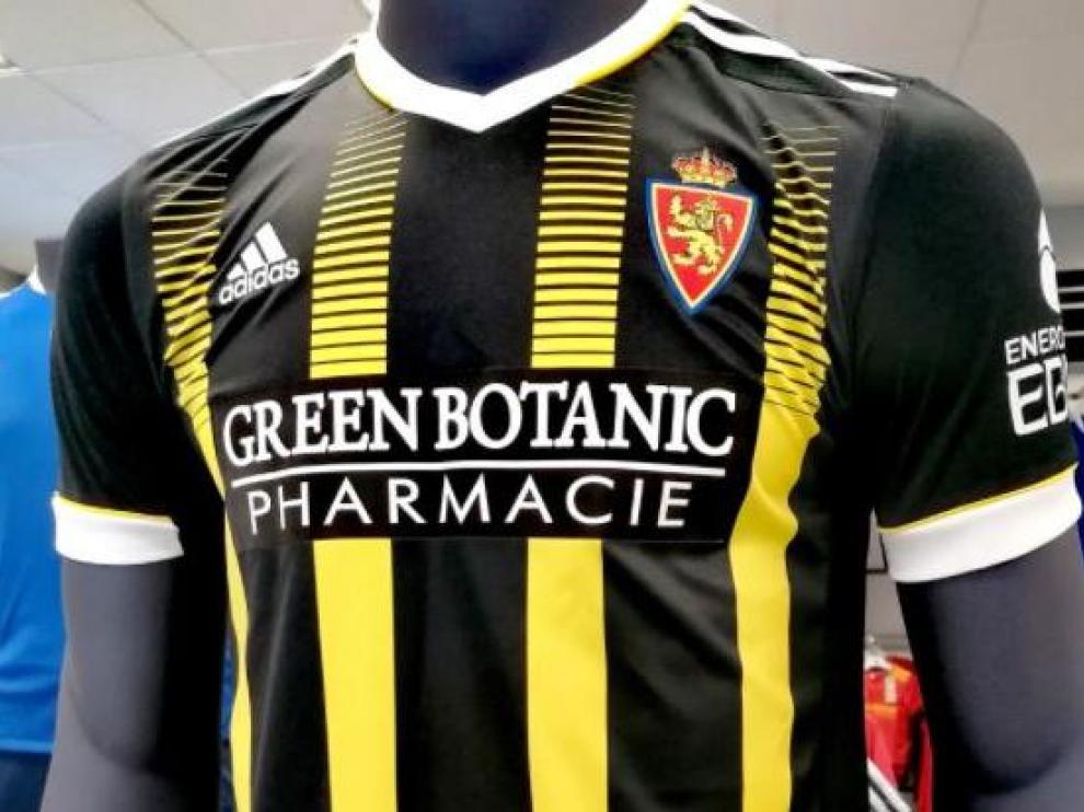 El logo de la nueva marca patrocinadora del Real Zaragoza, ubicado ya sobre la camiseta del segundo uniforme, la avispa, negra y amarilla.