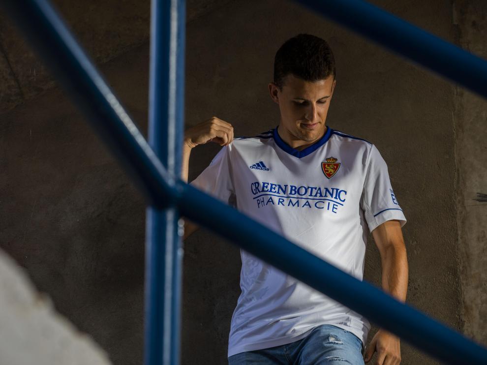 Carlos Nieto, con la nueva camiseta blanca, con detalles azules, del primer uniforme del Real Zaragoza para esta liga 21-22.