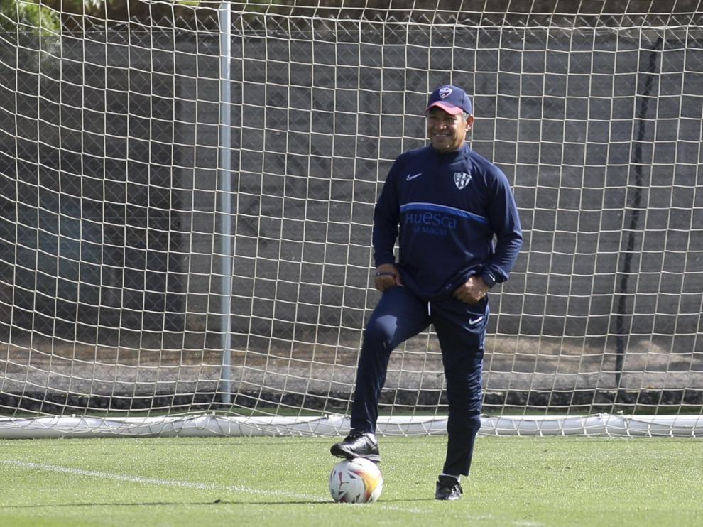 Nacho Ambriz, entrenador de la SD Huesca, durante el entrenamiento de este jueves.