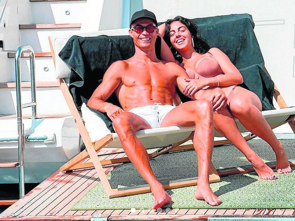 Cristiano Ronaldo, de vacaciones, junto a su pareja, Georgina Rodríguez, en un yate.
