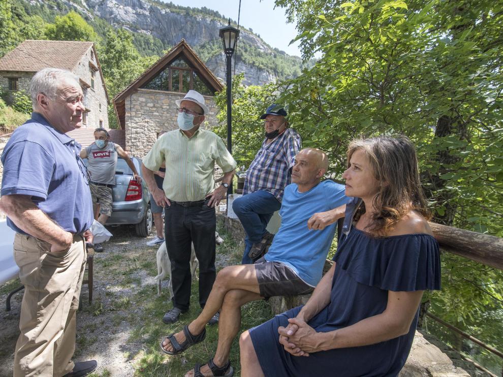 El presidente de la DPH conversa con algunos de los vecinos de Revilla.