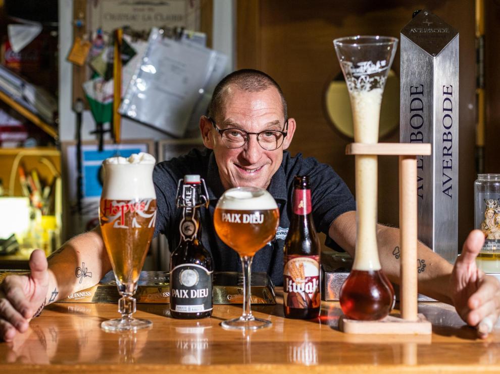 Raúl Moncho, de La Cebada, con tres cervezas de importación servidas en copas muy diferentes