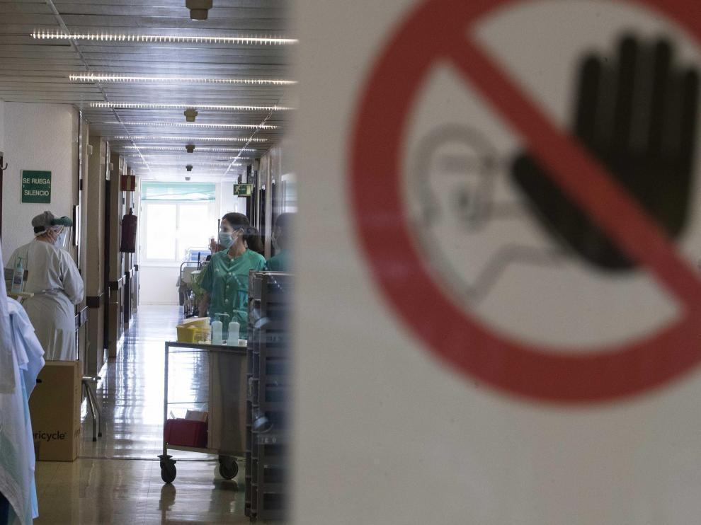 Entrada a la unidad de cuidados intermedios del servicio de Neumología del Hospital Miguel Servet.