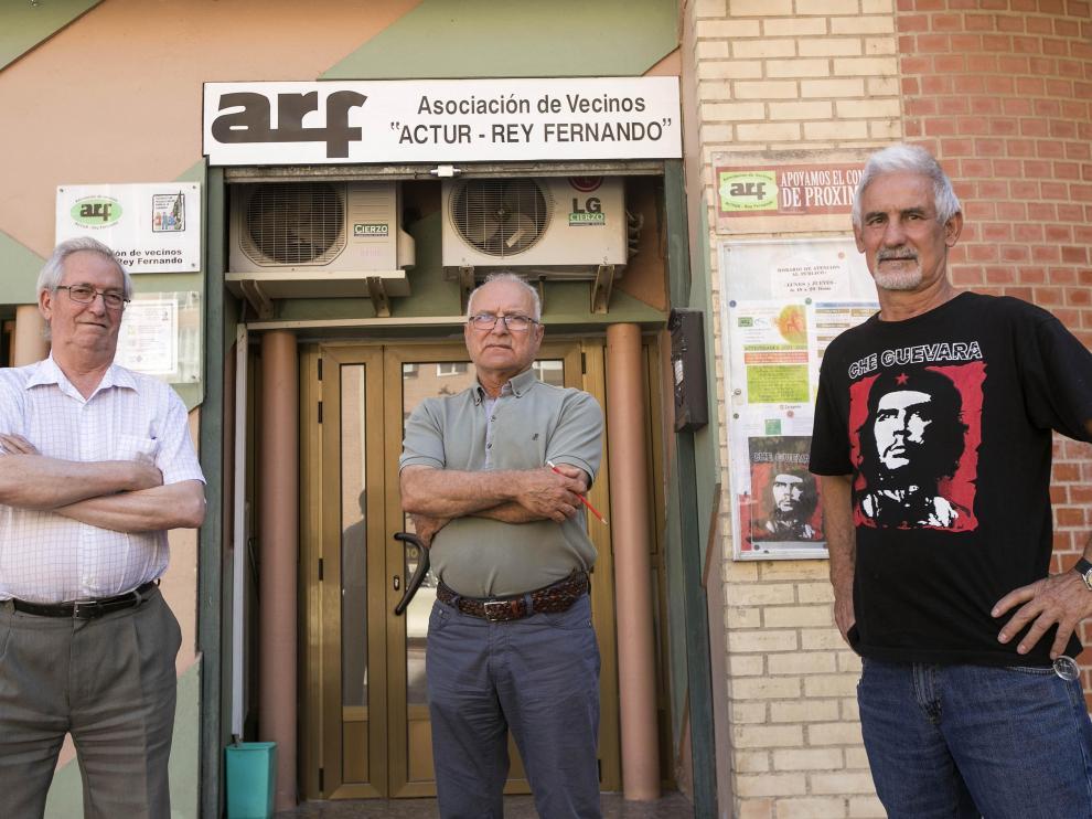 Mauricio Ruiz, Juan Manuel Puertolas y Paco Lázaro (de izquierda a derecha), miembros de la junta directiva de la asociación Actur-Rey Fernando