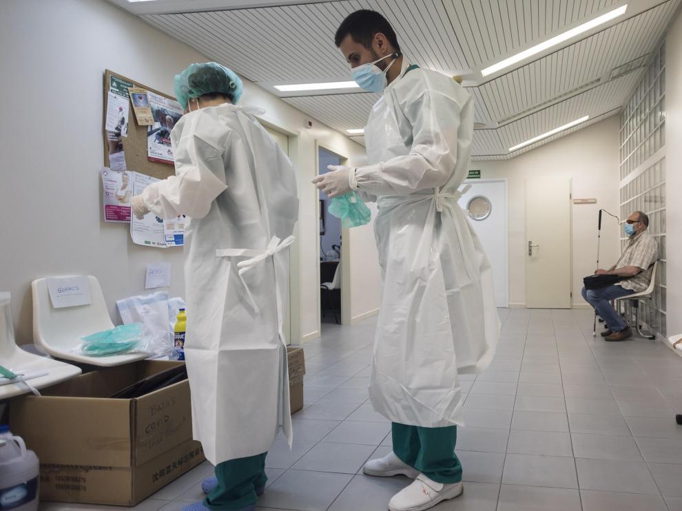 Sanitarios de un centro de salud de Zaragoza manejando los EPI.