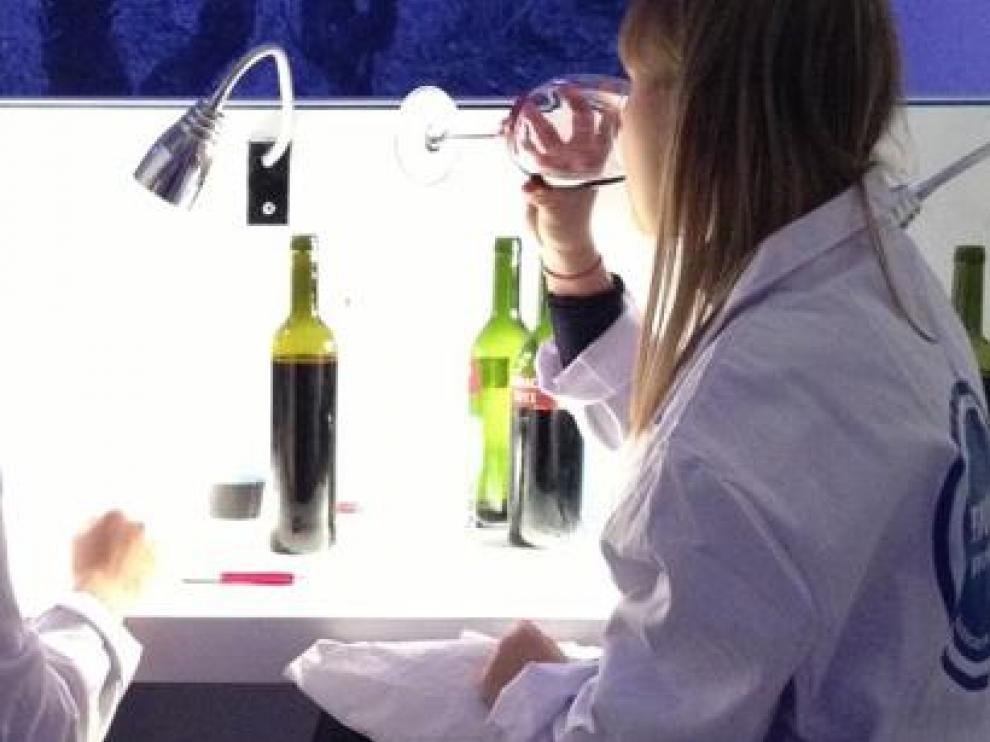 En una de las actividades, los visitantes prueban y deciden cómo mezclar los caldos para elaborar su vino.