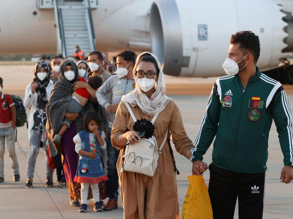 Llegada de Nilofar Bayat, jugadora afgana de baloncesto, y su marido a Torrejón de Ardoz.