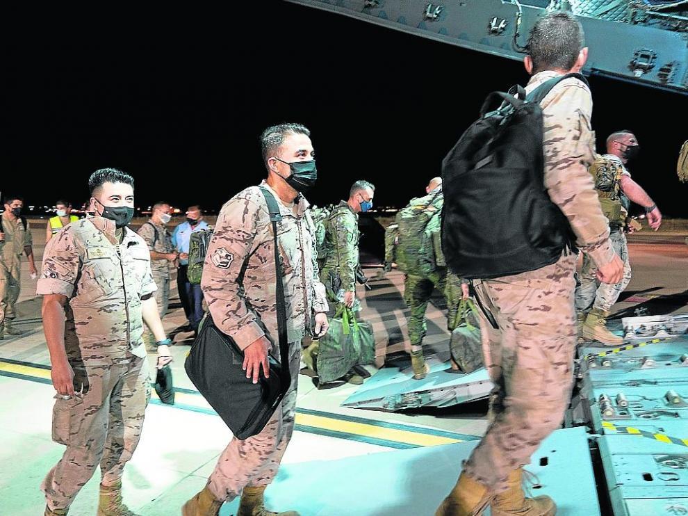 Militares del EADA suben al avión A400M en la Base de Zaragoza el pasado martes.