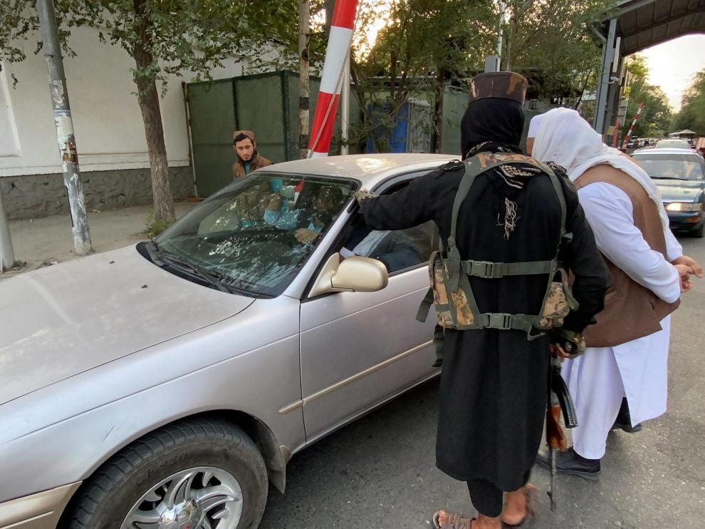 Dos talibanes controlan los vehículos que entran en la Zona Verde de Kabul, donde se ubican las embajadas.